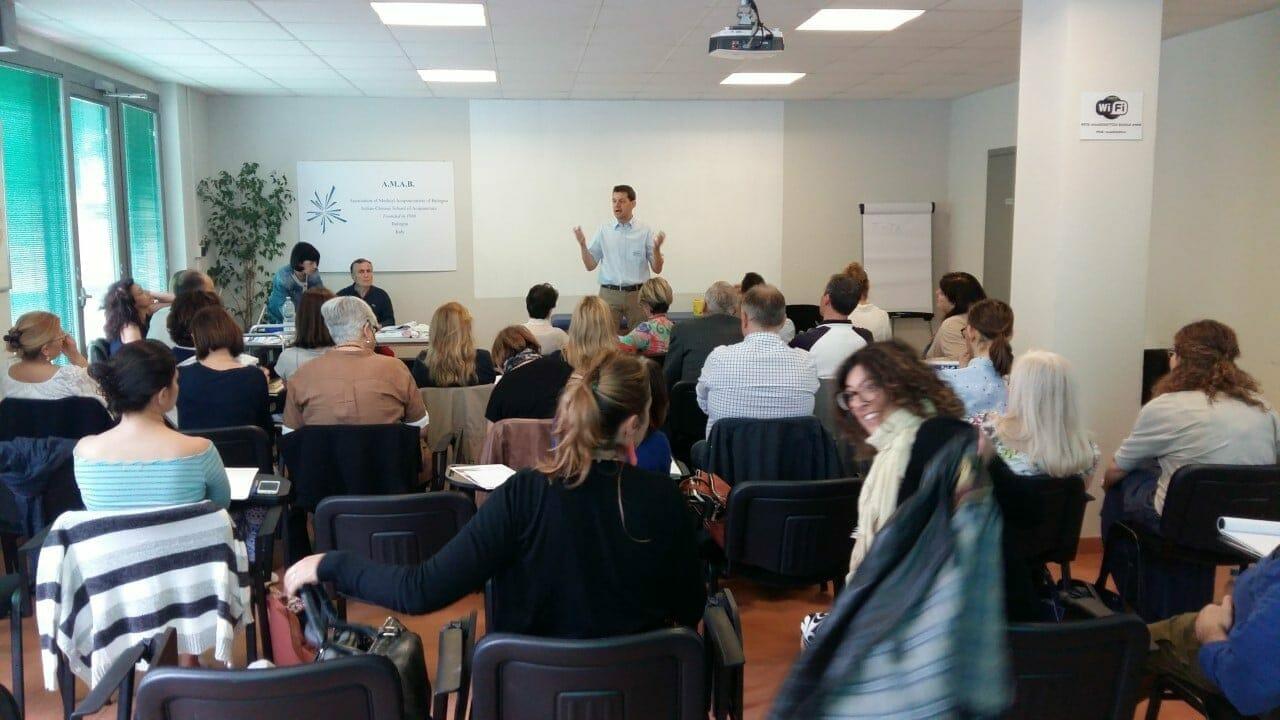 Akupunktør John Boel underviser italienske læger